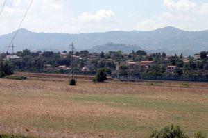 questa è l'area dove dovrebbe sorgere l'impianto a biogas da 1 MW in località Passerano, Colle degli Zecchini. A meno di 500 mt dalle case di Valle martella, a due passi dalla bretella autostradale e dalla linea ad alta velocità