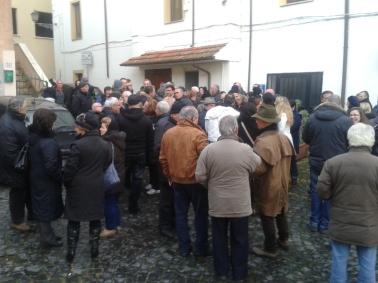 La gente in Piazza attende di poter partecipare ad un consiglio Comunale che verrà poi rimandato al 28 febbraio