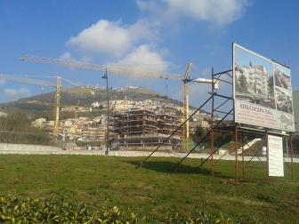 Questo è quello che accade se manca il PTPR, una palazzina è stata edificata in una zona a vincolo archeologico e devasta la vista del paese. Siamo a Palestrina