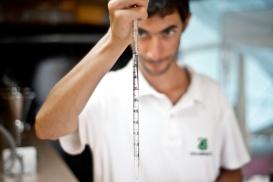 A qualsiasi ora i campioni arrivino al laboratorio mobile iniziano le analisi microbiologiche. Partendo dalla preparazione dei campioni, seguono le operazioni di filtrazione e le conte delle piastre già analizzate nei giorni precedenti.