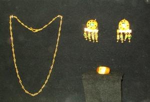 Orecchini aurei ritrovati presso la Necropoli di San Cesareo all'interno della sepoltura numero 58 con pendenti in vetro e decorati da smeraldi risalenti alla metà del III secolo D.C.