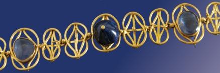 Diadema in Oro e Zaffiri rinvenuto nella Necropoli in località Pian Quintino a Colonna (particolare)