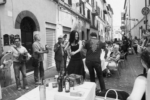 Un momento del pranzo sociale organizzato lungo Via Fabrini